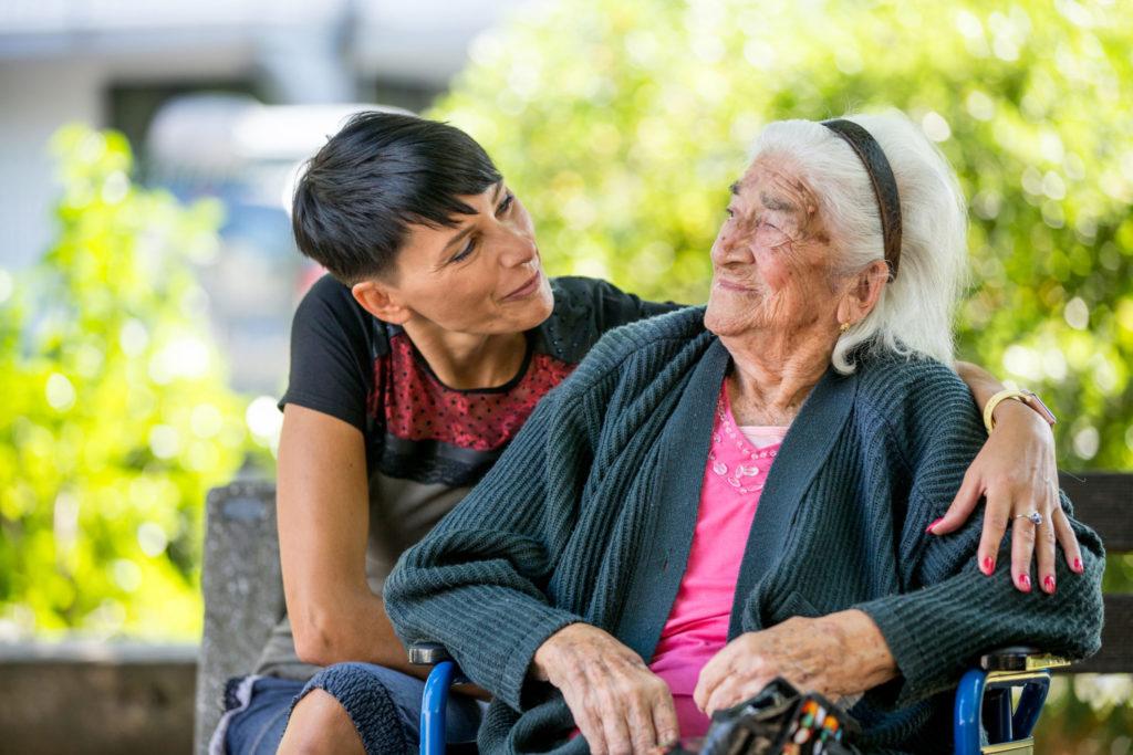 Begeleider met persoonlijke aandacht voor dementerende bewoonster