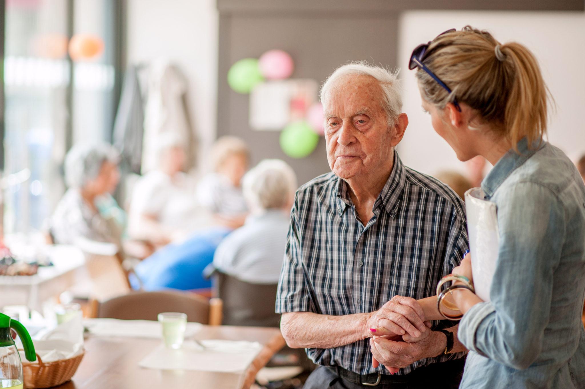 Dementerende man krijgt persoonlijke aandacht in gemeenschappelijke woonkamer