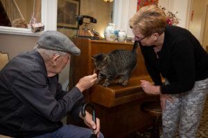 Dementerende ouder speelt met een kat